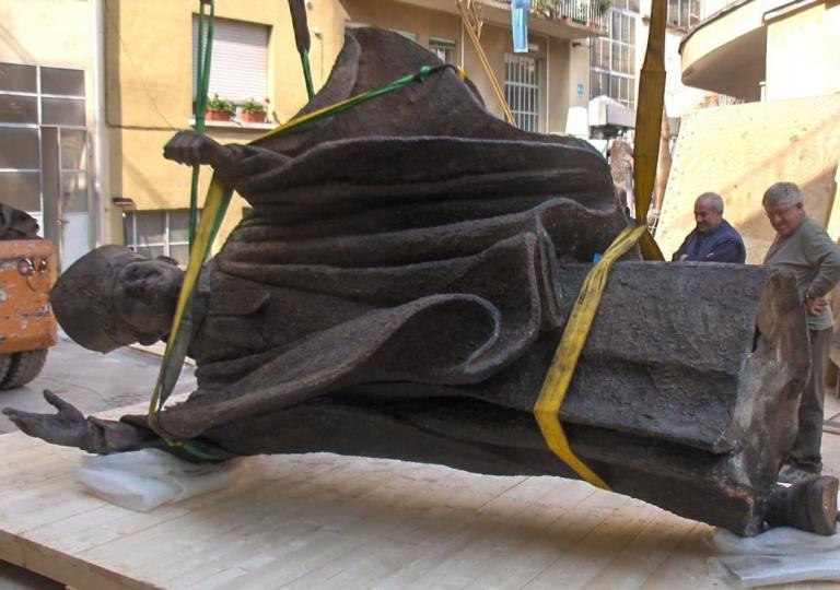 imballaggio-statua-papa-01